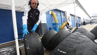 Los cambios climatológicos, con una lluvia que aparecía para que después saliera el sol y secara la pista, provocó que los operarios de los equipos trabajaran denodadamente con los neumáticos.   Foto: Juan Carlos Toro