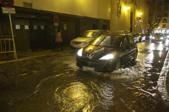 Calle inundada en el centro de Sevilla.  Foto: Victoria Hidalgo