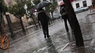 El paraguas se ha hecho imprescindible esta semana en la capital hispalense.   Foto: Victoria Hidalgo