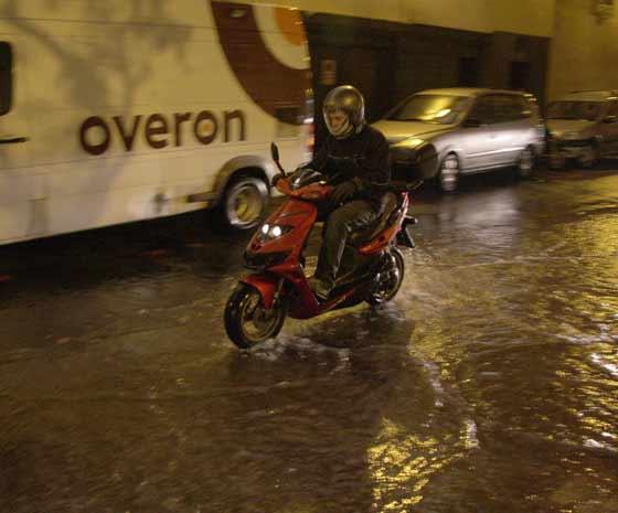 Las intensas lluvias caídas durante toda la semana dejaron este panorama en las calles de la capital andaluza.  Foto: Victoria Hidalgo