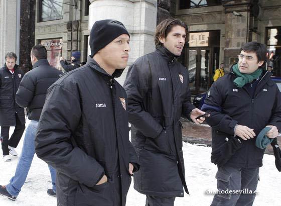 Adriano y Escudé pasean junto a un periodista.  Foto: Antonio Pizarro