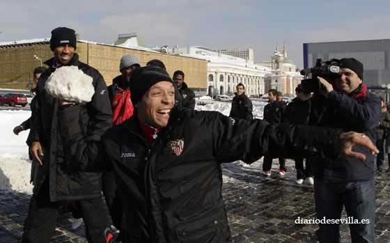 Adriano lanza una bola de nieve a sus compañeros.  Foto: Antonio Pizarro