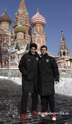 Los canteranos José Carlos y Rodri posan con la Plaza Roja al fondo.   Foto: Antonio Pizarro