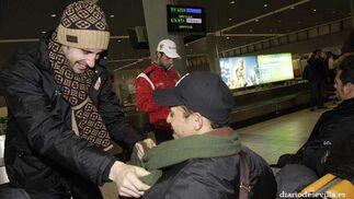 Dragutinovic bromea con la bufanda de Adriano.   Foto: Antonio Pizarro
