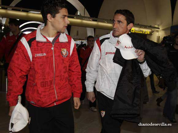 Jiménez y Jesús Navas, antes de subir al avión.  Foto: Antonio Pizarro