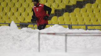Kanouté corre por detrás de una montaña de nieve.  Foto: Antonio Pizarro