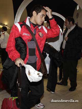 Lautaro Acosta, a su llegada al Aeropuerto de San Pablo.   Foto: Antonio Pizarro