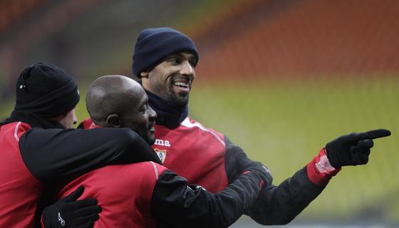 Zokora y Kanouté bromean en uno de los ejercicios del entrenamiento.  Foto: Antonio Pizarro