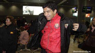 El brasdileño Renato se coloca el abrigo.   Foto: Antonio Pizarro