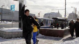 Los jugadores sevillistas se divirtieron con la nieve.   Foto: Antonio Pizarro