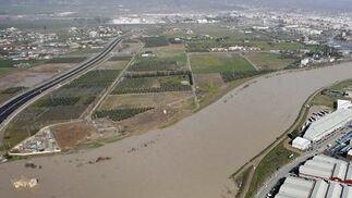 Vista aérea del cauce del río Guadalquivir desbordado a su paso por la zona del aeropuerto, la urbanización Altea y Córdoba. / José Martínez
