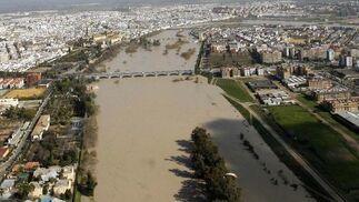 Vista aérea del cauce del río Guadalquivir desbordado a su paso por Córdoba. / José Martínez