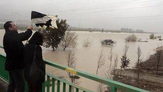 La cercanía del asentamiento chabolista al Río Guadalquivir ha sido el motivo causante del desalojo.   Foto: Juan Carlos Muñoz