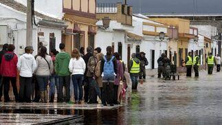 Habitantes de Tocina en una calle inundada.  Foto: Agencias