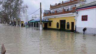 Una calle de Lora del Río totalmente cubierta por el agua.  Foto: Juan Carlos Vázquez
