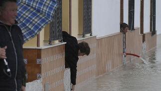 Vecinos de Tocina achican el agua de sus casas.  Foto: Juan Carlos Vázquez