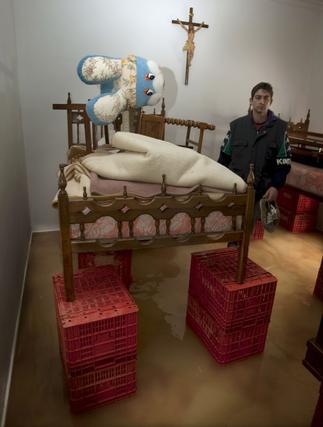 Una cama apoyada sobre cajones para salvar el agua que inunda el piso (Tocina).  Foto: Agencias