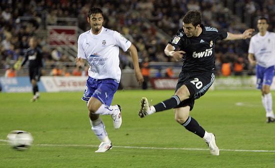 Higuaín lanza a puerta en el gol que abría la cuenta madridista en Tenerife. / AFP
