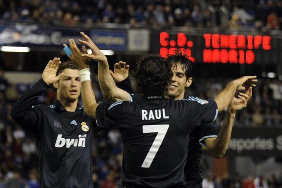 Raúl se abraza Kaká tras su gol en la recta final del partido. / AFP