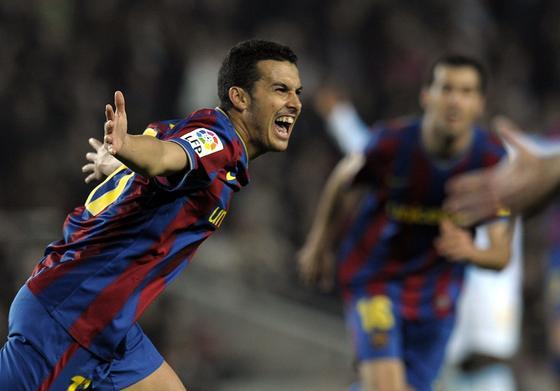 Pedro festeja el tanto que adelantaba al Barcelona por primera vez en el partido. / AFP