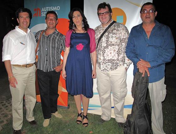 Ricardo Villena (Club Náutico), con los componentes del grupo Alpresa: los hermanos Juan, Jaime y José María Alpresa, y María Ángeles Maisanaba (Autismo Sevilla).  Foto: Victoria Ramírez