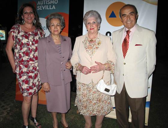 María José Núñez, gerente de Autismo Sevilla, Manuela Robles, Paquita Cruzado del Toro y El restaurador Juan Robles, colaborador asiduo de Autismo Sevilla.  Foto: Victoria Ramírez