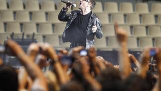 Bono da la bienvenida a su público.  Foto: Pizarro