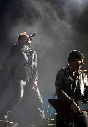 Bono, entregado, mientras interpreta uno de sus temas.  Foto: Pizarro