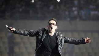 Bono, entregado al público sevillano.  Foto: Pizarro