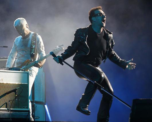 Bono salta ante Clayton.  Foto: Pizarro