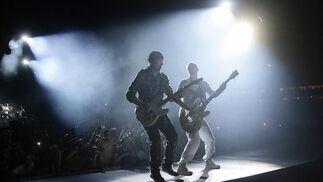 'Duelo' entre el bajo de Clayton y la guitarra de The Edge.  Foto: Pizarro