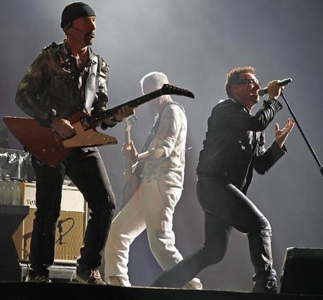 The Edge y Bono, delante de Clayton.  Foto: Pizarro