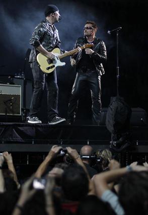 The Edge toca su guitarra ante el cantante.  Foto: Pizarro