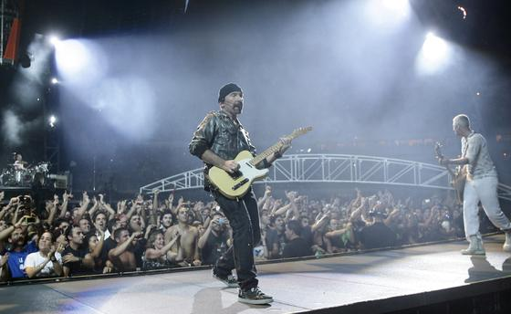 The Edge, guitarrista de la banda, junto a Clayton, el bajista.  Foto: Pizarro