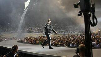 El líder de U2 se pasea por el escenario ante sus entregados seguidores.  Foto: Pizarro