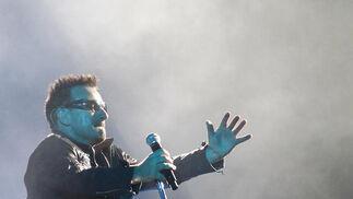 El cantante de U2 durante su actuación en Sevilla.  Foto: Pizarro