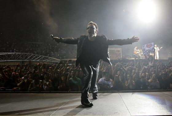 El cantante del grupo irlandés da muestras de su gran estado de forma bailando en todo momento.  Foto: Pizarro