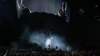 Una pantalla en la parte superior impide que se pierda detalle de lo que ocurre en el escenario.  Foto: Pizarro