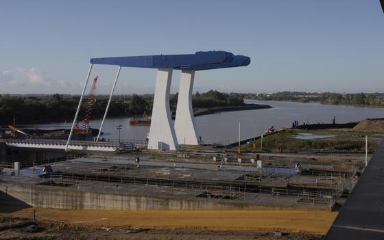 La nueva esclusa del Puerto de Sevilla, construida por los astilleros tras una inversión pública que supera los 160 millones de euros, está ya en funcionamiento.  Foto: José Ángel García