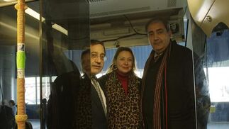 Fran Fernández y Nieves Hernández, en el interior de un tren durante la visita a la fábrica.  Foto: José Ángel García