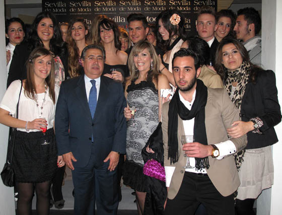 Juan Ignacio Zoido, con un grupo de jóvenes diseñadores.  Foto: Victoria Ramírez