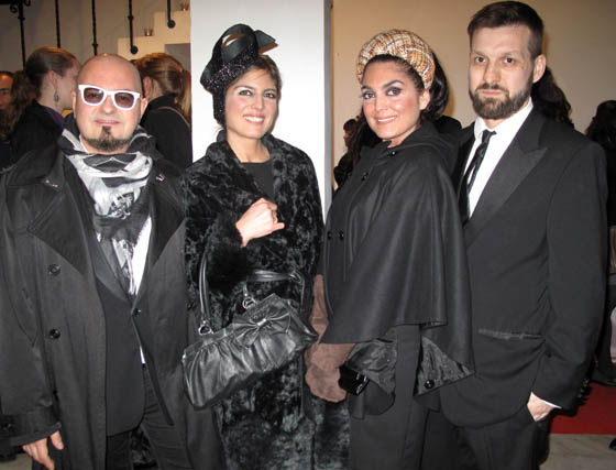 Los diseñadores de Tolentino, Felipe Vivas y Manuel Carrión, con las hermanas Sara y Eva Ávila, con tocados de la firma.  Foto: Victoria Ramírez