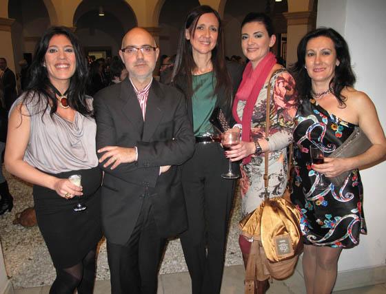 La diseñadora Pepa Castro, los profesores de la Escuela Juan Galocha y Pilar Ruiz; Yolanda Ramos, diseñadora, y Antonia Ortiz, profesora de patronaje de la Escuela.  Foto: Victoria Ramírez