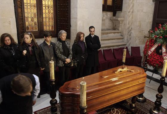 La familia de Diego Puerta vela sus restos mortales en la capilla ardiente instalada en el Ayuntamiento.  Foto: Antonio Pizarro