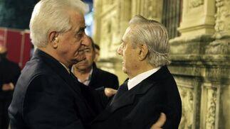 Litri y el Viti se saludan a las puertas del Consistorio.  Foto: Antonio Pizarro