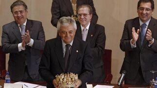 Francisco Herrero muestra su corona de Rey Gaspar.  Foto: B. Vargas