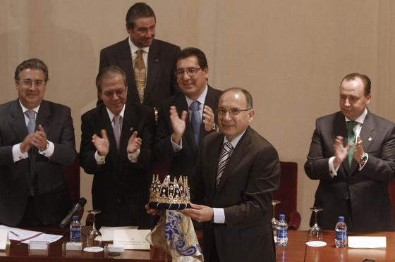 José Pérez Bernal muestra su corona de Rey Melchor.  Foto: B. Vargas