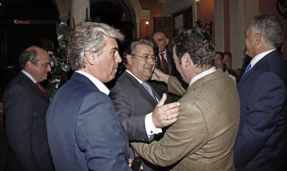 El alcalde de Sevilla saluda a los asistentes.  Foto: B. Vargas