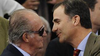El rey Don Juan Carlos y el Príncipe Felipe, en la grada del Estadio de la Cartuja.  Foto: Antonio Pizarro