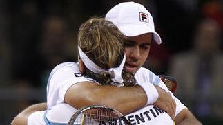 Los argentinos se felicitan tras el cómodo triunfo.  Foto: Antonio Pizarro